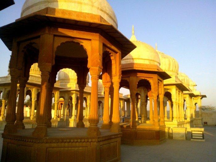 Royal hindu cenotaphs, Rajasthan, Bikaner, Devi Kund Sagar, Travel