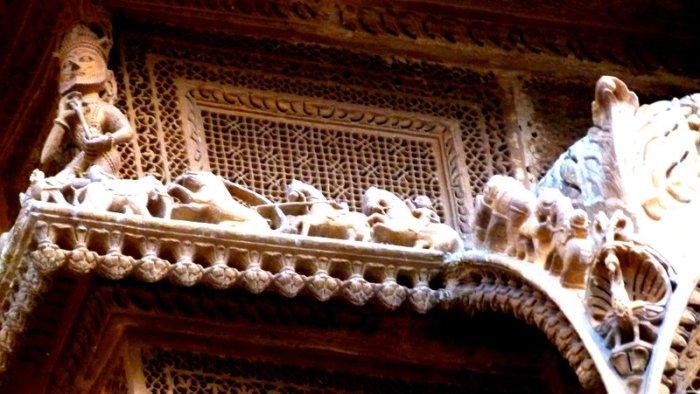 Carved animals at the Diwan Nathmal ki Haveli